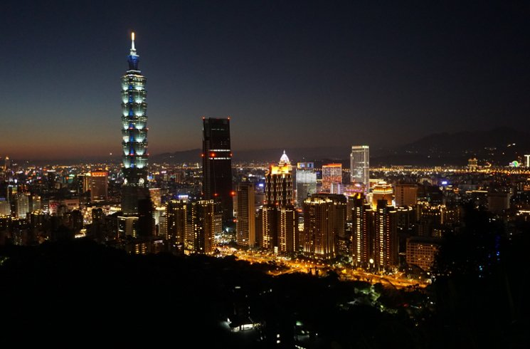 Taipei_TaipeiSkylineBeiNacht_Newskarussell.JPG